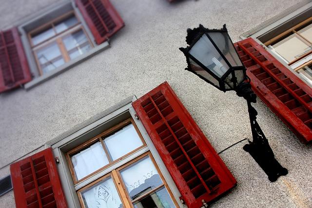 usuwanie farby z okien